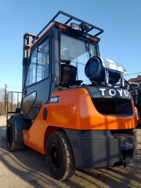 wózek widłowy pomarańczowy z tyłu