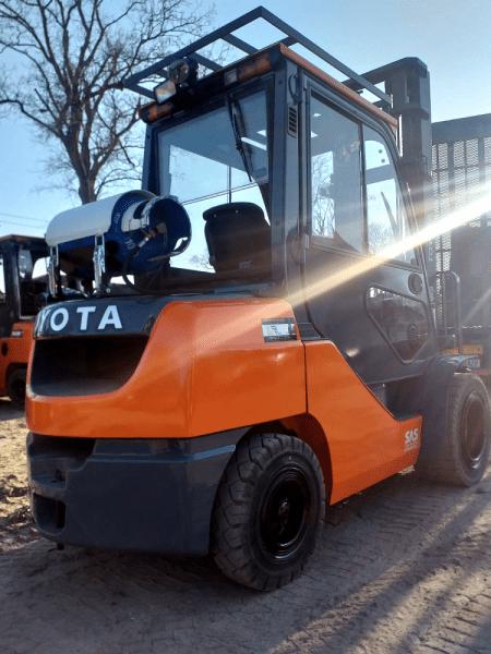 wózek widłowy pomarańczowy
